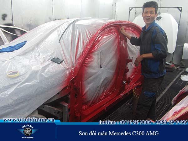 Kỹ thuật viên của Đại Nam vui vẻ sơn xe cho khách hàng