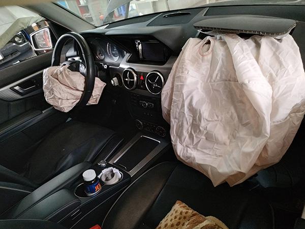 Mercedes GLK bị đâm đụng nổ túi khí