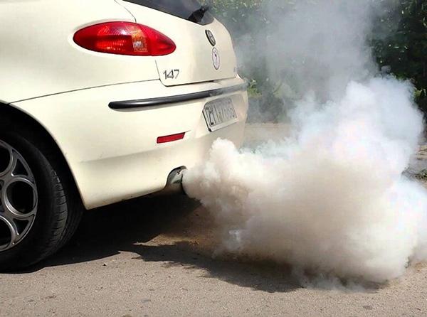 Khói xe màu trắng mang tới vấn đề gì?