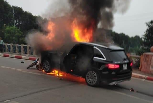 """Khi xe bị cháy thì bạn phải """"SỐNG SÓT"""" bằng cách nào?"""